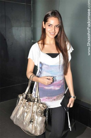 Shazahn Padamsee at Mumbai airport leaving for IIFA 2012